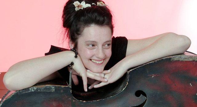 Die Queen des englischen Twang: Holly Golighty mit Band – live im JuZ Leer